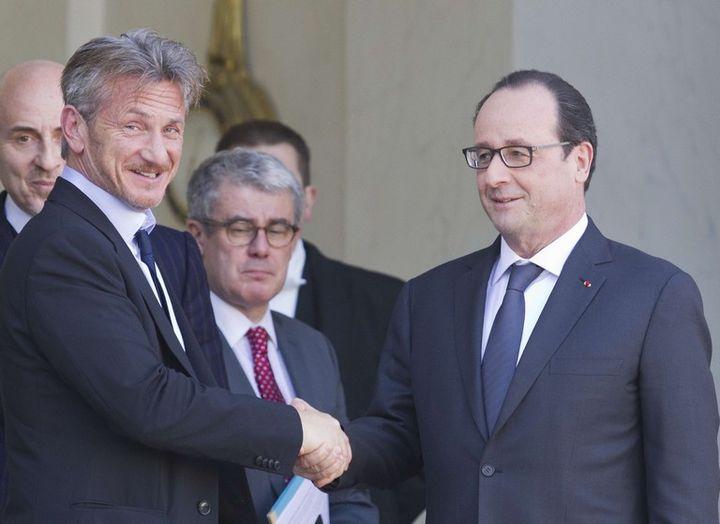 Sean Penn avec François Hollande le 18 février 2015 à l'Elysée  (Jacques Brinon/AP/SIPA)