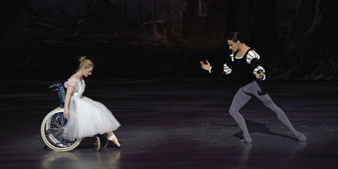 """""""Tombe"""" de Jérôme Bel, avec Sébastien Bertaud et Sandra Escudé  (Benoîte Fanton / Opéra national de Paris)"""