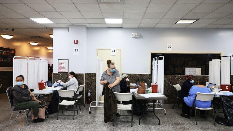 Des personnes patientent avant de bénéficier du vaccin de Johnson & Johnson dans un centre à New York (Etats-Unis), le 8 avril 2021. (MICHAEL M. SANTIAGO / GETTY IMAGES NORTH AMERICA / AFP)