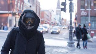 Un homme se promène dans les rues de Québec (Canada), le 27 décembre 2017, alors qu'une vague de froid glacial s'abat sur l'est du pays. (ALICE CHICHE / AFP)