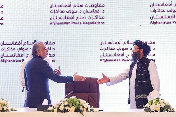 Leprésident afghan du Haut Conseil pour la réconciliation nationale Abdullah Abdullah et le chef talibanAbdul Ghani Baradar à Doha, au Qatar, le 18 juillet 2021. (KARIM JAAFAR / AFP)
