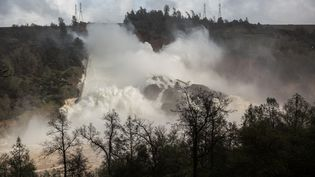Un déversoir d'urgence endommagé du barrage du lac Oroville laisse fuir des milliers de mètres cubes d'eau, en Californie, le 10 février 2017. (MAX WHITTAKER / REUTERS)