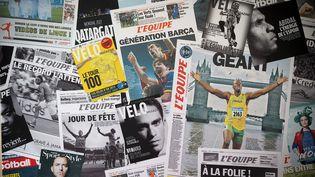 """Des titres appartenant au groupe """"L'Equipe"""", le 9 juin 2015, à Boulogne-Billancourt (Hauts-de-Seine). (JOEL SAGET / AFP)"""