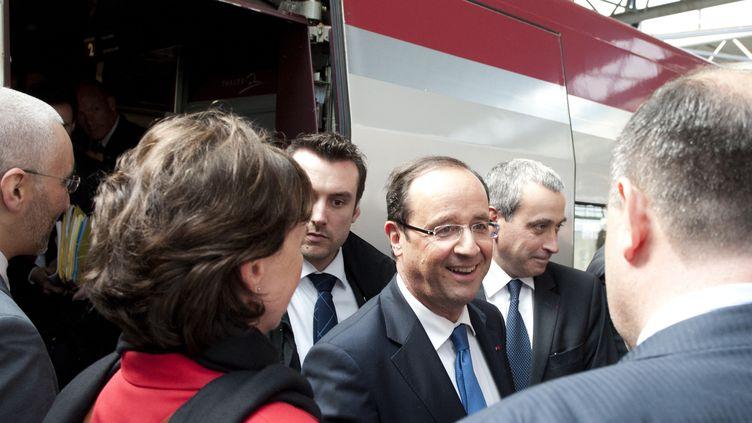 François Hollande arrive à la gare de Bruxelles (Belgique) pour se rendre à un sommet informel des 27 dirigeants de l'Union européenne, le 23 mai 2012. (JEAN-CHRISTOPHE VERHAEGEN / AFP)