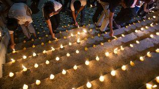 Des Sri Lankais rendent hommage aux victimes des attentats de Pâques, le 28 avril 2019 à Colombo (Sri Lanka). (JEWEL SAMAD / AFP)