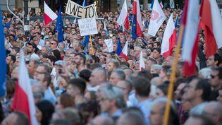 Manifestants à Varsovie devant le palais présidentiel, à Varsovie, dans la soirée du 20 juillet 2017. (JAN A. NICOLAS / DPA / AFP)