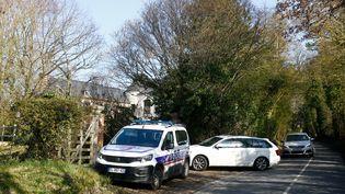 Des véhicules de police sont garés, le 8 mars 2021, à Touques (Calvados), à proximité du site de l'accident d'hélicoptère qui a coûté la vie au député Olivier Dassault et à son pilote. (SAMEER AL-DOUMY / AFP)