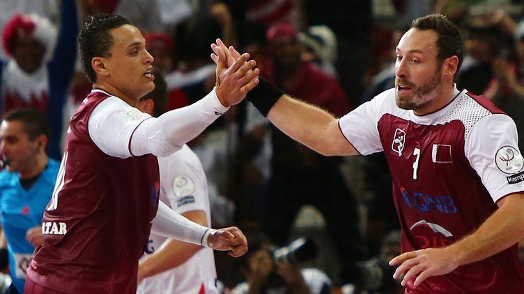 Bertrand Roine (à droite) et le Qatar ont dominé la Pologne en demi-finale du Mondial. (MARWAN NAAMANI / AFP)