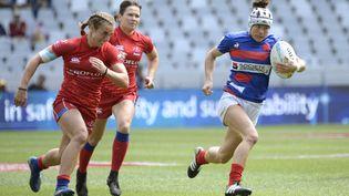 La Française Camille Grassineau poursuivie par deux joueuses russes lors d'un tournoi à Cape Town, en décembre 2019. (RODGER BOSCH / AFP)