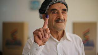 Un homme kurde montre son doigt taché d'encre, après avoir voté au référendum d'indépendance, à Erbil (Kurdistan irakien), le 25 septembre 2017. (AHMED JADALLAH / REUTERS)
