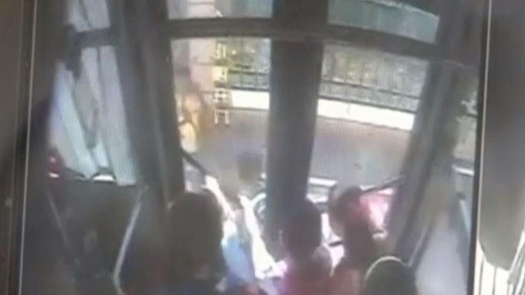 Le sac à dos de Zhou s'est coincé dans la porte d'un bus et l'enfant de 10 ans a ensuite été traîné sur 20 mètres,vendredi 3 juillet 2015 à Sanya (Chine). (REUTERS)