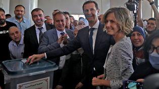 Le président syrien Bachar Al-Assad et sa femme Asma votent pour l'élection présidentielle, le 26 mai 2021, à Douma. (LOUAI BESHARA / AFP)