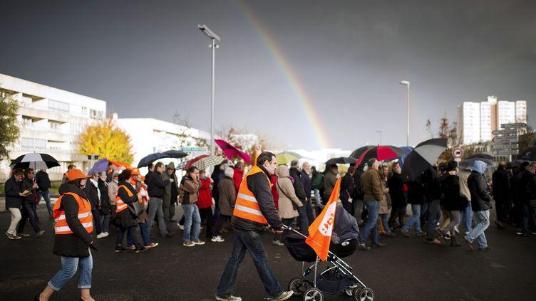 Des salariés de l'entreprise FagorBrandt, en redressement judiciaire, manifestent pour défendre leurs emplois, le 14 novembre 2013, à La Roche-sur-Yon (Vendée). (JEAN-SEBASTIEN EVRARD / AFP)