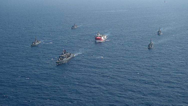 """Le navire turc de recherche sismique """"Oruç Reis"""", escorté par des bateaux militaires turcs en mer Méditerranée, le 10 août 2020. (TURKISH DEFENCE MINISTRY / AFP)"""