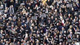 """Des dizaines de milliers de personnes brandissent une pancarte """"Je suis Charlie"""", lors d'un rassemblement, à Nice, le 10 janvier 2015. (VALERY HACHE / AFP)"""