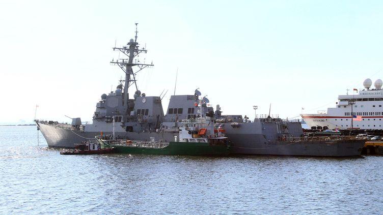 L'USS Pickney mouille au port de Manille (Philippines), le 7 février. Il a été envoyé en direction de l'Océan indien pour tenter de retrouver leBoeing disparu de Malaysia Airlines. (ROUELLE UMALI / XINHUA / AFP)