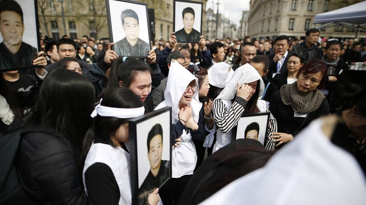 Des proches de Liu Shaoyo se rassemblent à Paris, le 2 avril 2017. (BENJAMIN CREMEL / AFP)