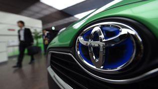 Un logo Toyota sur une voiture, au siège social du constructeur automobile à Tokyo (Japon). (TOSHIFUMI KITAMURA / AFP)