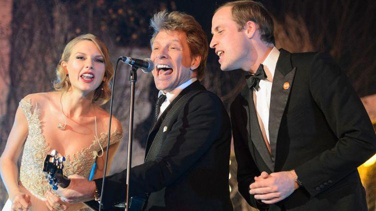 Taylor Swift, Jon Bon Jovi et le prince William sur scène pour un gala de charitéau palais de Kensington le 26 novembre 2013  (Dominic Lipinski / POOL / AFP)