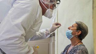Une femme subit un test de dépistage du covid-19 à Montargis (Loiret), le 7 juillet 2020. (GUILLAUME SOUVANT / AFP)