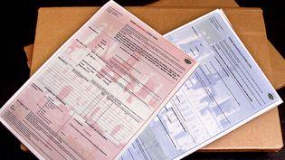 Des documents d'état-civil dans une mairie parisienne, le 12 octobre 2000. (DANIEL JANIN / AFP)