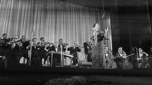 La chanteuse égyptienneOum Kalthoum, lors d'un concert à l'Olympia, à Paris, le16 novembre1967. (STRINGER / AFP)
