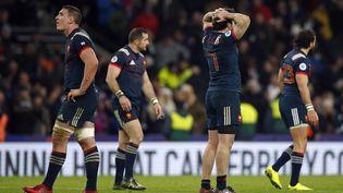 Les joueurs du XV de France dépités après leur courte défaite face à l'Angleterre, le 4 février 2017 à Twickenham (Royaume-Uni). (ALASTAIR GRANT/AP/SIPA / AP)