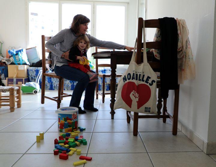 Emilie et sa fille Lénaïg, le 29 octobre 2019, dans leur logement provisoire à Marseille. (VIOLAINE JAUSSENT / FRANCEINFO)
