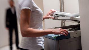 Un homme regarde avec insistance une femme dans un bureau. Photo d'illustration. (MARLENE AWAAD / MAXPPP)
