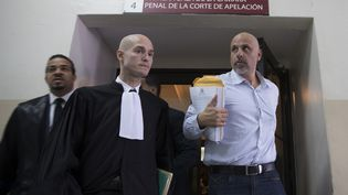 Nicolas Pisapia (D) et son avocat Julien Pinelli, lors de son procès en appel, le 25 avril 2016 à Saint-Domingue. (ERIKA SANTELICES / AFP)