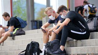 Des lycéens assis sur les marches de leur lycée, à Colmar, le 16 septembre 2020. (VANESSA MEYER / MAXPPP)
