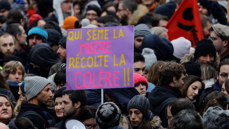 Des manifestants défilen contre la réforme des retraites, le 5 décembre 2019 à Paris. (THOMAS SAMSON / AFP)