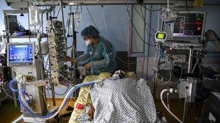 Un patient hospitalisé en réanimation à l'hôpital Cochin, le 18 mars 2021. (CHRISTOPHE ARCHAMBAULT / AFP)
