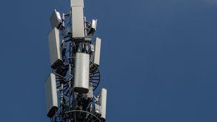 Une antenne 5G en Chine. (NICOLAS ASFOURI / AFP)