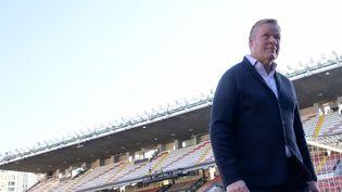 L'entraîneur néerlandais du FC Barcelone, Ronald Koeman, sur le terrain avant le début du match de Liga entre le Rayo Vallecano de Madrid et le FC Barcelone au stade de Vallecas à Madrid, le 27 octobre 2021. (OSCAR DEL POZO / AFP)