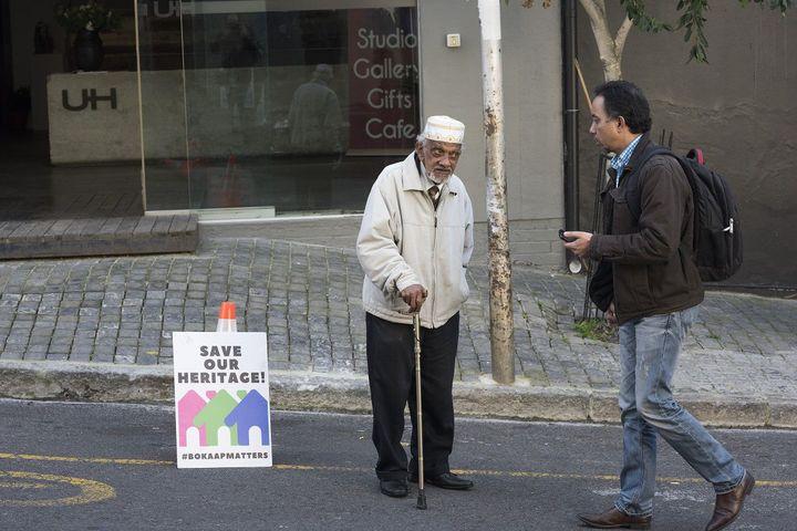 «Sauvez notre patrimoine !» : un vieil homme manifeste pour la préservation de Bo-Kaap, le 25 juillet 2018. (RODGER BOSCH / AFP)