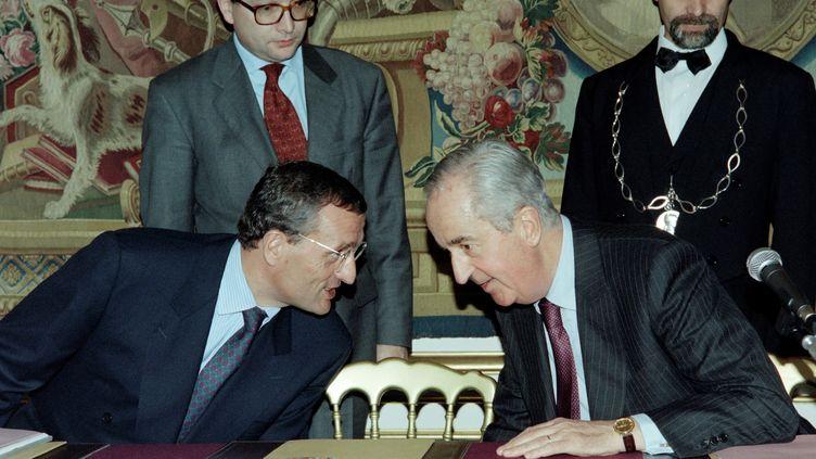 L'ancien Premier ministre,Édouard Balladur (D) et son ministre de la Défense de l'époque, François Léotard (G), en 1994. (PATRICK KOVARIK / AFP)