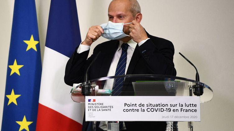 Le directeur général de la santé, Jérôme Salomon, participe à une conférence de presse sur le Covid-19, le 17 décembre 2020, à Paris. (MARTIN BUREAU / AFP)