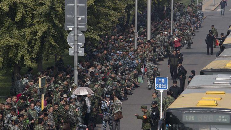 Des centaines de soldats en treillis verts rassemblés devant le ministère chinois de la Défense à Pékin (Chine), le 11 octobre 2016 (NG HAN GUAN / AP / SIPA)
