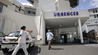 L'entrée des urgences de l'hôpital Saint-Denis à La Réunion le 26 octobre 2005. (RICHARD BOUHET / AFP)