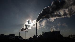 De la fumée s'échappe de la cheminée d'un centre d'incinération des déchets implanté à Saint-Ouen, le 12 décembre 2018. (PHILIPPE LOPEZ / AFP)