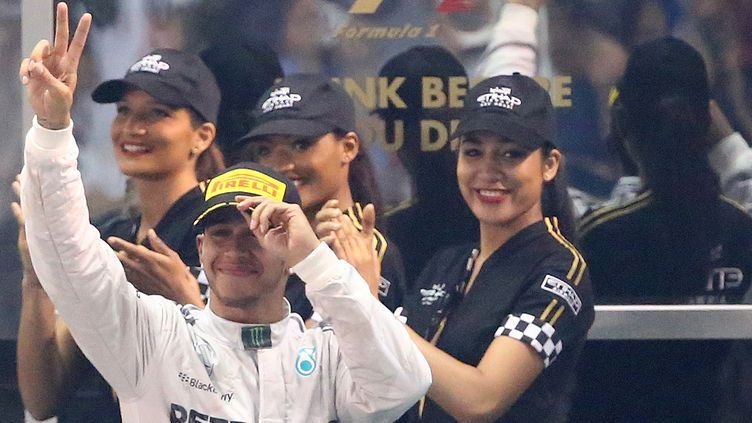 Lewis Hamilton, hier sur le podium du Grand prix d'Abu Dhabi, et champion du monde 2014. (MARWAN NAAMANI / AFP)