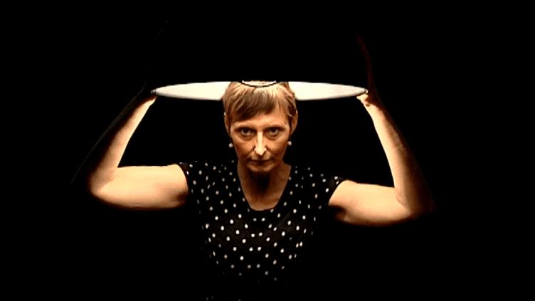 "Sonia Rostagni dans ""Cachez-moi ce crâne""  (France 3 / Culturebox)"