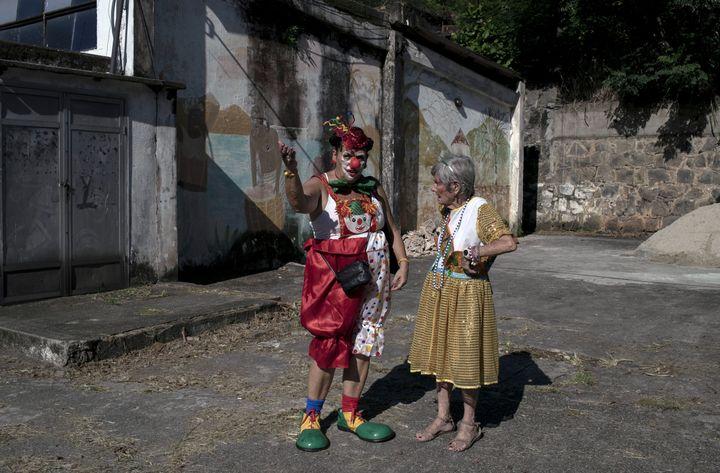 """Membres de Loucura Suburbana,lors des répétitions pour le carnaval de rue """"Loucura Suburbana"""" (folie de banlieue) à l'hôpital psychiatrique municipal Nise da Silveira, à Rio de Janeiro, Brésil, le 14 janvier 2020. (MAURO PIMENTEL / AFP)"""