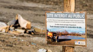 """Un panneau interdisantl'accès au public sur le site de l'ancienne """"jungle"""" de Calais, le 18 janvier 2017. (DENIS CHARLET / AFP)"""