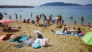L'arrivée massive des vacanciers inquiétait déjà les locaux en août 2020, comme ici, sur les plages du Mourillon, à Toulon. (SOPHIE GLOTIN / RADIO FRANCE)
