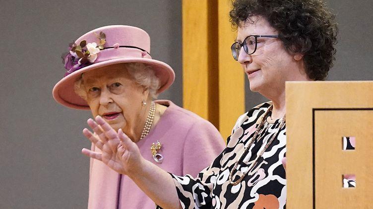 La reine Elizabeth II etla présidente du Parlement gallois, Elin Jones, à Cardiff, au Pays de Galles, jeudi 14 octobre 2021. (AFP)