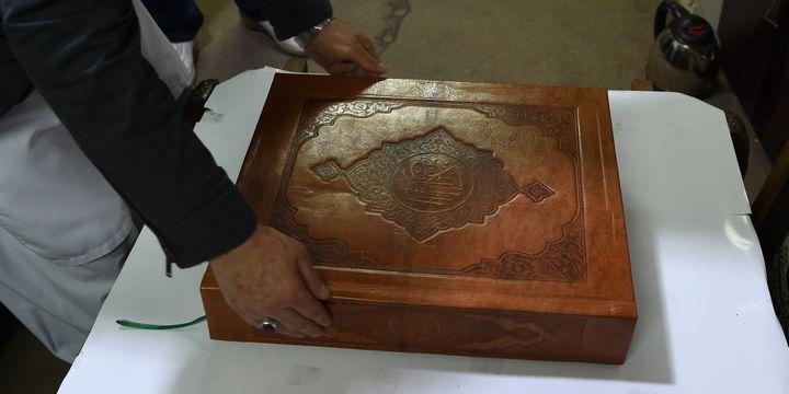 Un Coran en soie conservé dans un coffre en noyer  (WAKIL KOHSAR / AFP)