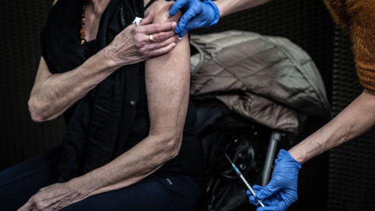 Une dame âgée reçoit un vaccin. Photo d'illustration. (JEAN-PHILIPPE KSIAZEK / AFP)