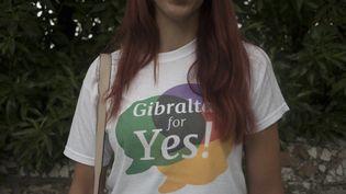 """Une jeune femme arborant un t-shirt pour le """"oui"""" à l'assouplissement de la loi sur l'avortement, à Gibraltar (Royaume-Uni) le 24 juin 2021 (JORGE GUERRERO / AFP)"""